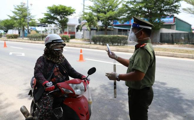 Vì sao Công an Ninh Thuận xử phạt người đi xe máy tự phát về quê? - ảnh 1