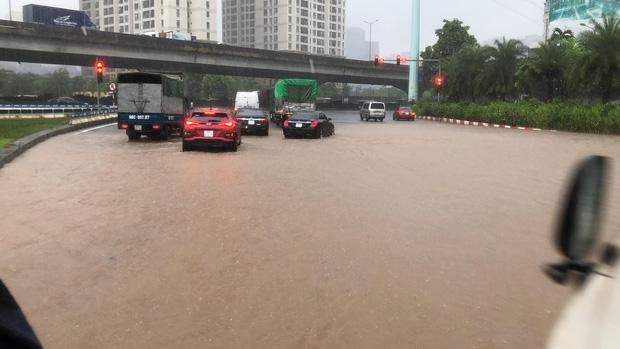 Ảnh: Mưa lớn kéo dài do ảnh hưởng của bão số 7, nhiều nơi ở Hà Nội ngập sâu, người dân chật vật di chuyển - ảnh 1