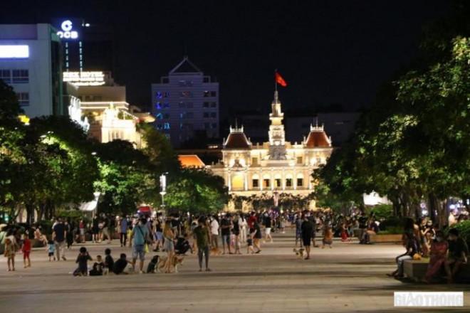 Đường Nguyễn Huệ kẹt cứng người, CSGT vã mồ hôi giải tán nhiều đám đông