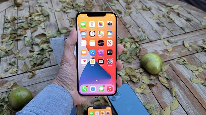 """iPhone 12 đồng loạt giảm giá mạnh, """"dọn sân"""" cho iPhone 13 về nước - ảnh 1"""