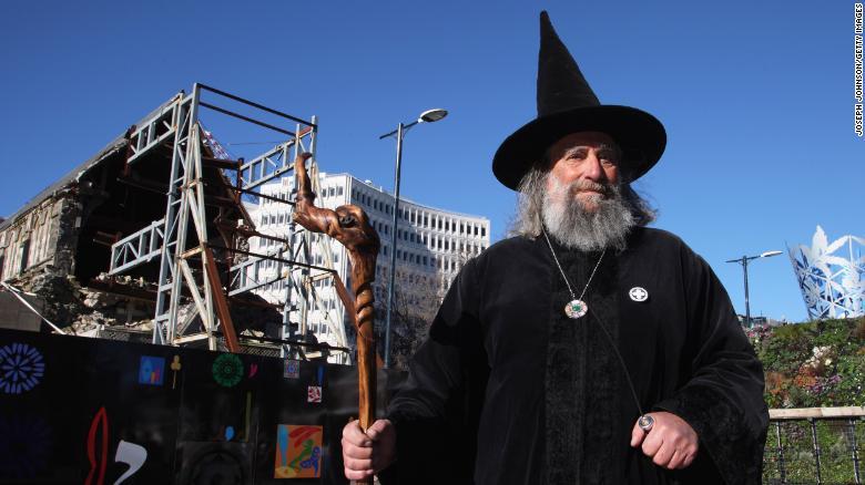 Thầy phù thủy ăn lương nhà nước duy nhất thế giới bị sa thải