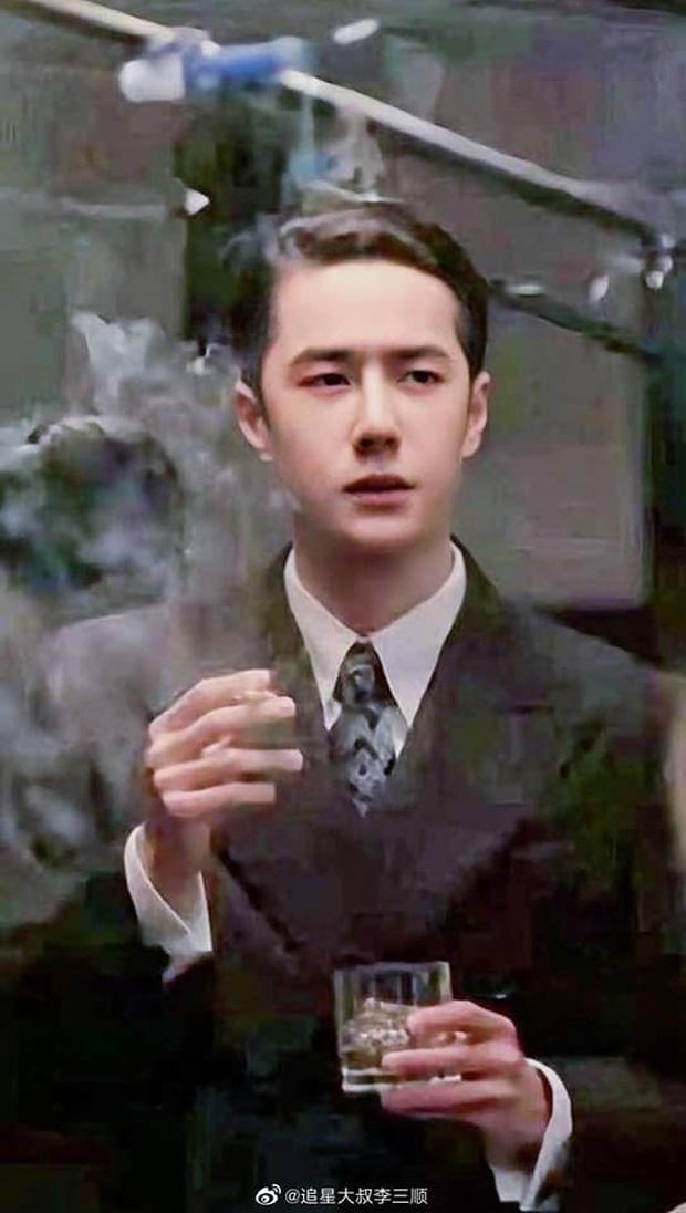 Lộ ảnh Vương Nhất Bác già như ông chú trung niên ở phim mới, đã thế còn phì phèo thuốc lá tới mức không ai mê nổi?