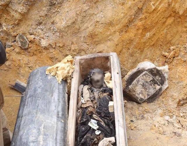 Bật nắp quan tài cổ: Dân làng thất kinh khi nhìn vào ''nét mặt'' rùng rợn của người đã khuất - ảnh 1