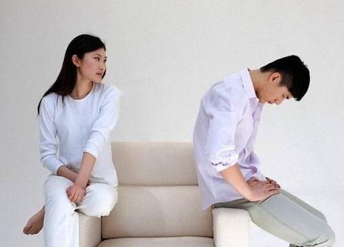 """Được thông báo vợ ngoại tình, ông chồng thực hiện màn trừng phạt khủng khiếp: Ép vợ gọi điện cho bố mẹ kể chuyện """"ôm nhau ngủ với trai lạ"""""""