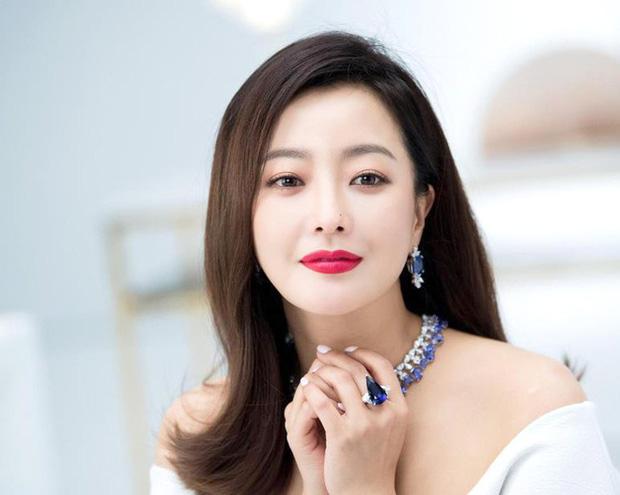 """Tự nhận đẹp hơn Kim Tae Hee và Jeon Ji Hyun, Kim Hee Sun nhiều lần bị bóc """"dao kéo"""", chính chủ nói gì?"""