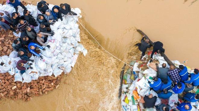 Trung Quốc: Mưa lũ phá hủy hàng nghìn ngôi nhà, nhiều đập bị vỡ - ảnh 1