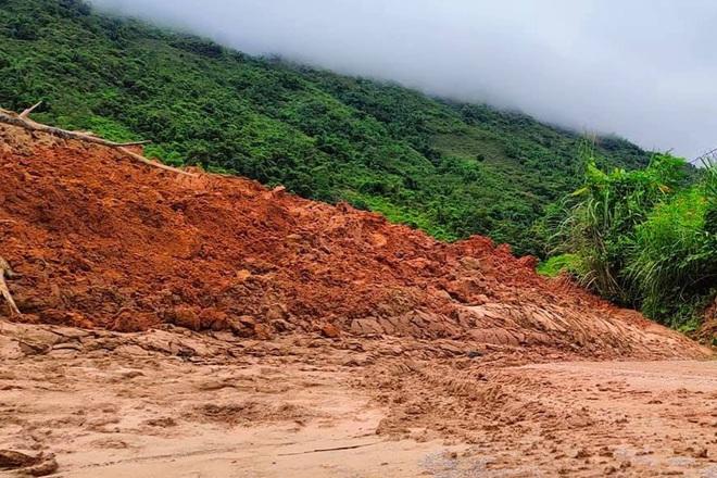Hàng nghìn m3 đất từ trên núi đổ xuống chắn ngang quốc lộ