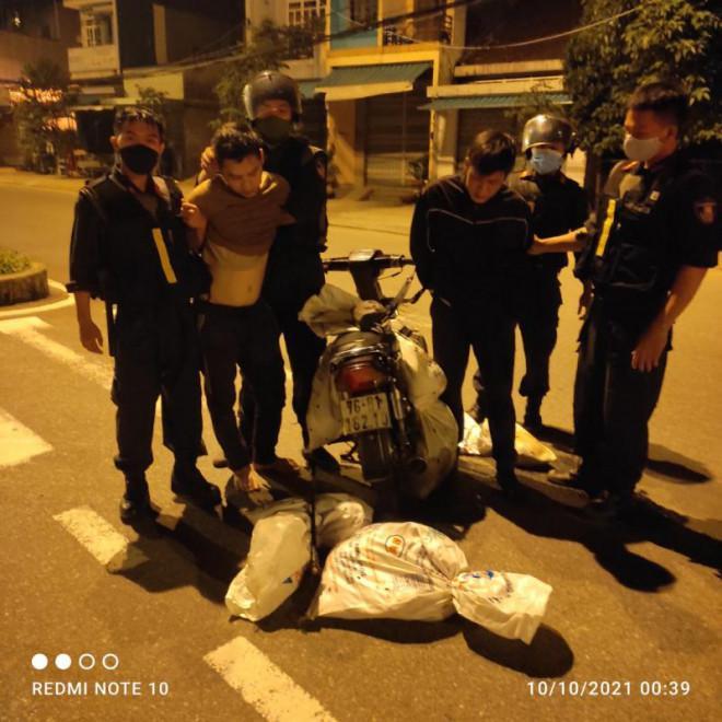 Hai cẩu tặc ép xe Cảnh sát cơ động định bỏ chạy - ảnh 1