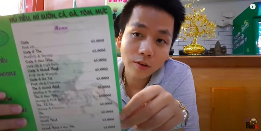"""Khoa Pug từng review quán ăn ở quận 1 của Đàm Vĩnh Hưng, đáng chú ý là chi tiết khiến YouTuber đình đám nhận """"gạch đá"""" từ dân mạng!"""
