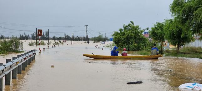Hàng nghìn ngôi nhà ở miền Trung ngập sâu, nhiều đê kè sạt lở nghiêm trọng