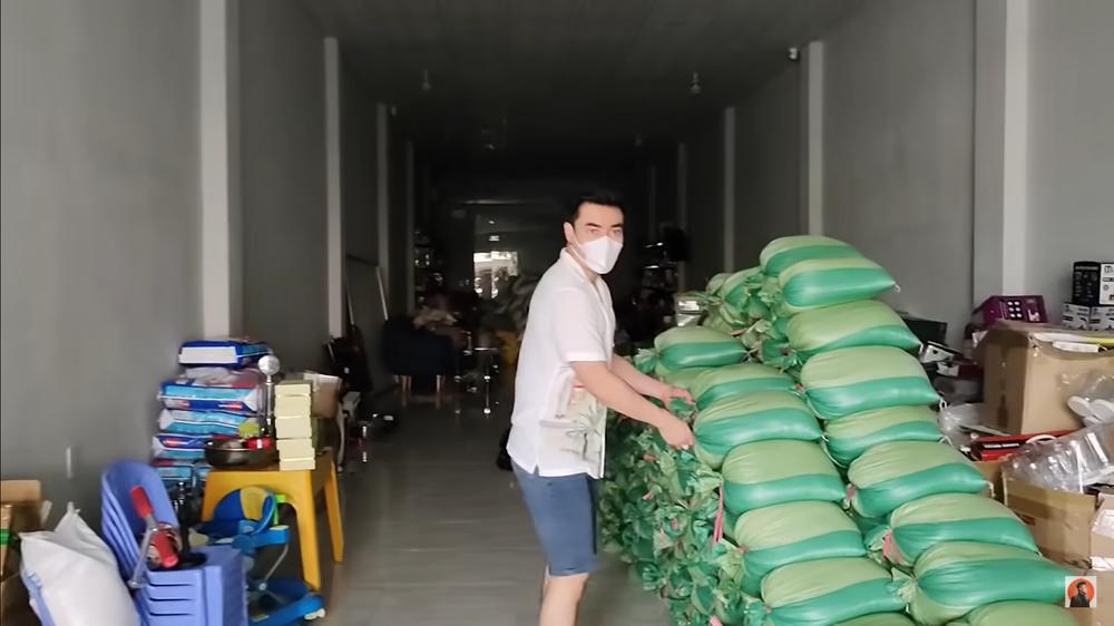 Đang livestream có người tới xin đồ, Lê Dương Bảo Lâm lo lắng: Hàng xóm quanh đây chửi con đấy
