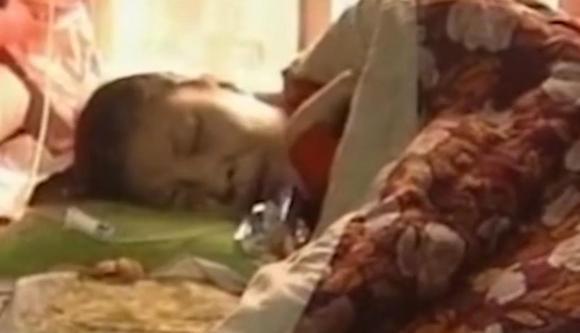 Người phụ nữ giả vờ bị liệt suốt 20 năm, nằm trên giường để mẹ cho ăn, sau khi mẹ mất thì để chị gái hầu hạ