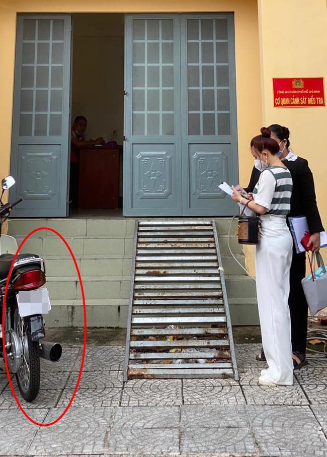 Netizen lại bóc mẽ ảnh Vy Oanh đến làm việc tại cơ quan điều tra cũng photoshop kéo chân đến biến dạng cả đồ đạc
