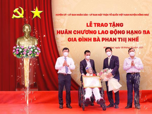 Đồng Tháp: Gia đình nhà giáo Phan Thị Nhế nhận Huân chương Lao động hạng Ba