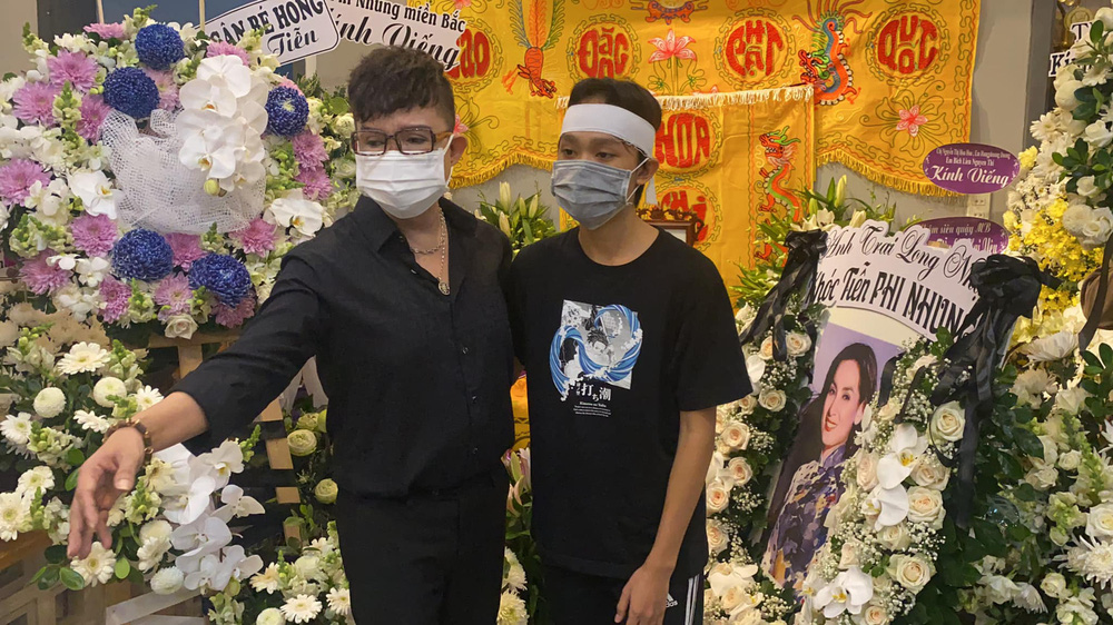 Lễ viếng ca sĩ Phi Nhung: Hồ Văn Cường đau buồn quỳ bên di ảnh mẹ nuôi