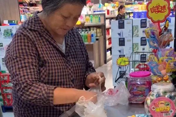 Dân mạng tán thưởng bà lão mang kẹo thanh toán tại siêu thị