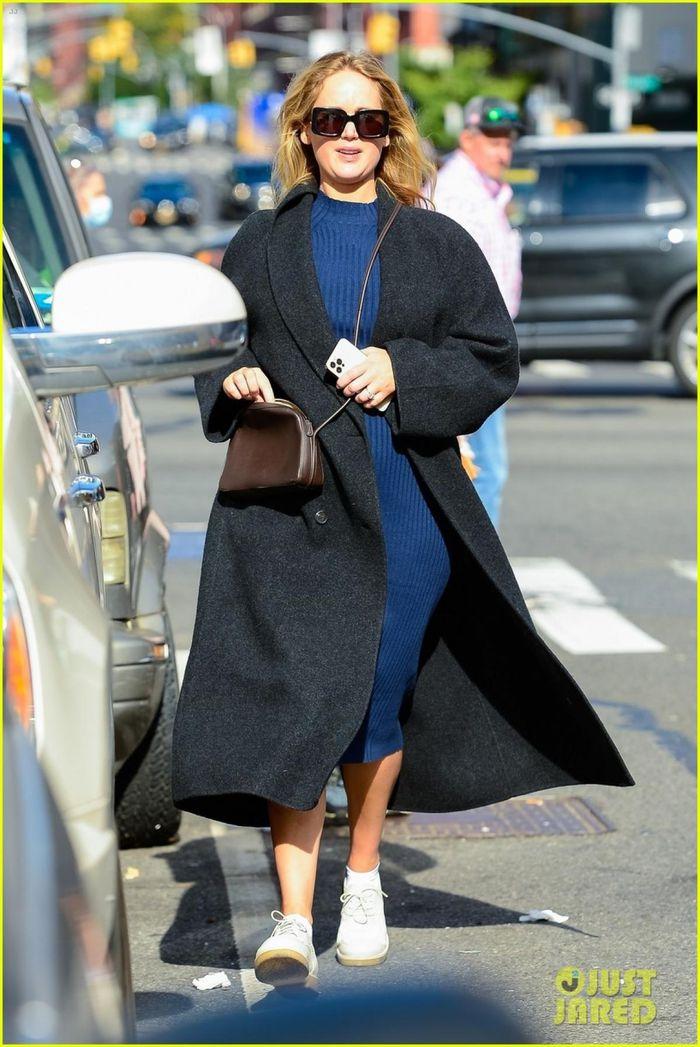 Jennifer Lawrence phối đồ sành điệu 'giấu' bụng bầu ra phố