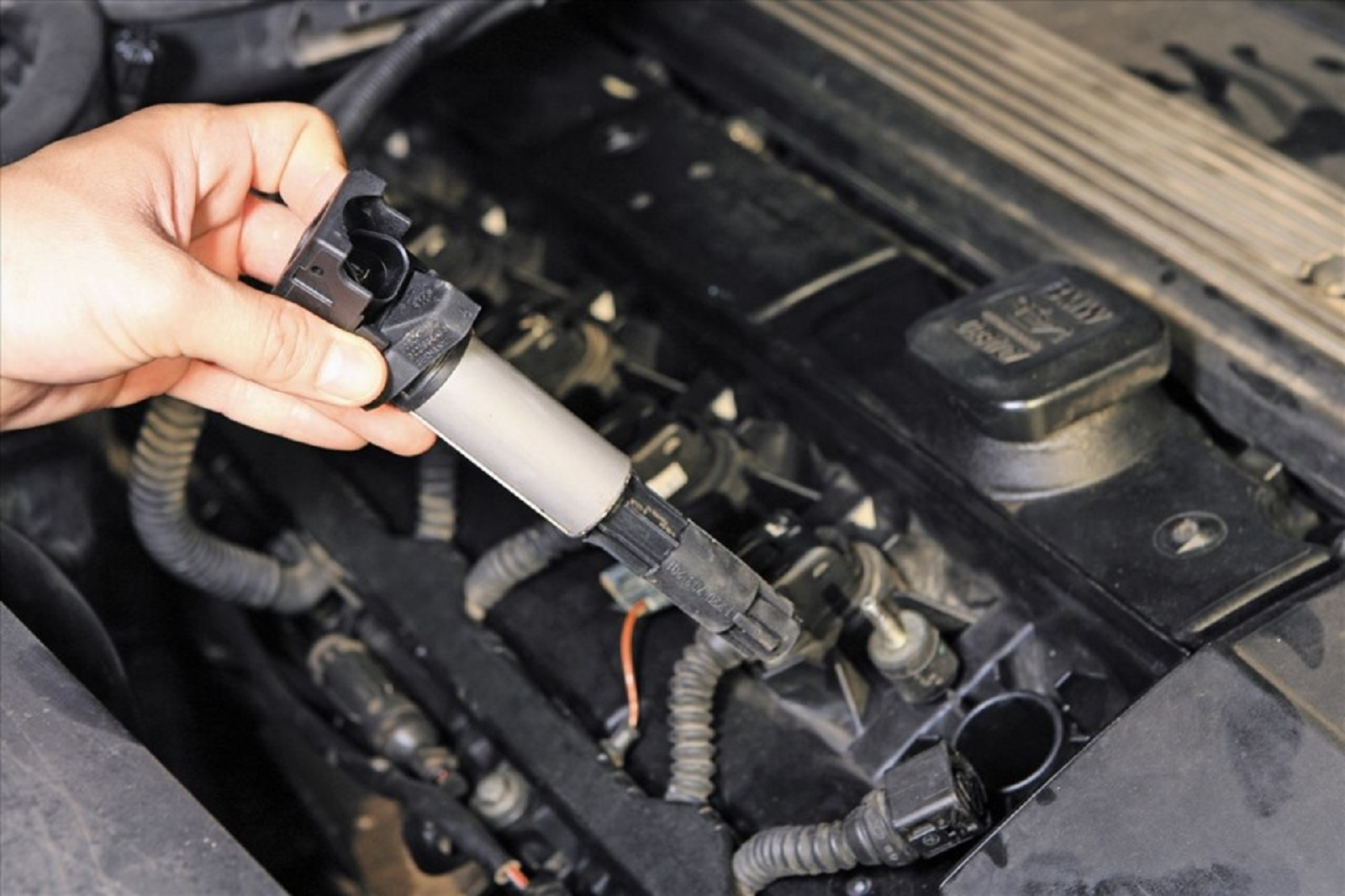 Có nên thay tất cả các cuộn dây đánh lửa trong động cơ ô tô cùng lúc?