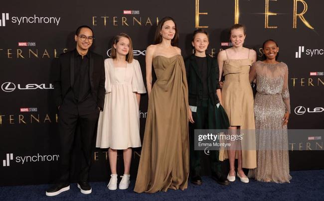 Hình ảnh đẹp như thiên thần của Angelina Jolie cùng 5 người con trên thảm đỏ buổi công chiếu Eternals thu hút sự chú ý