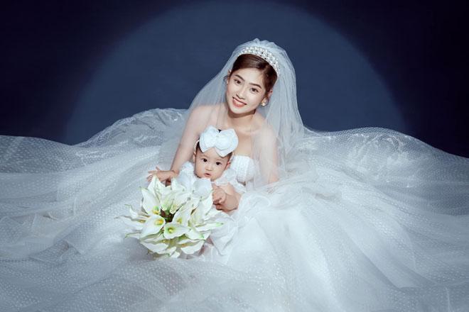"""Cặp đôi hoãn cưới 2 lần vì dịch COVID-19, đưa con 9 tháng đi chụp ảnh cưới cùng vẫn """"toang"""""""