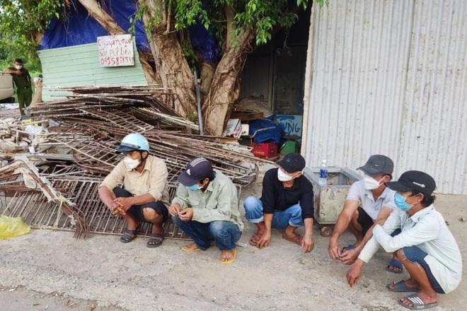 5 người trộm… vách ngăn chuồng heo
