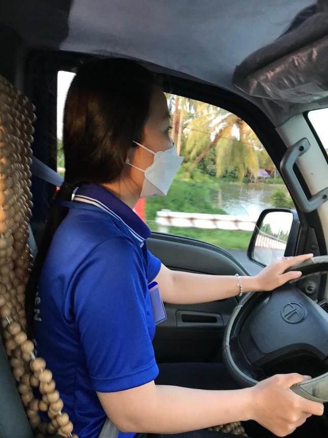 Nữ cử nhân Luật tình nguyện lái xe hỗ trợ tuyến đầu chống dịch