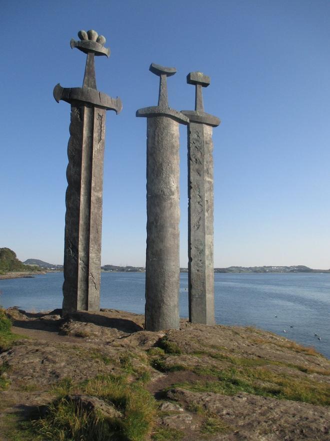 """Ý nghĩa 3 thanh kiếm """"khủng"""" dựng ở ngoại ô Stavanger, Na Uy"""