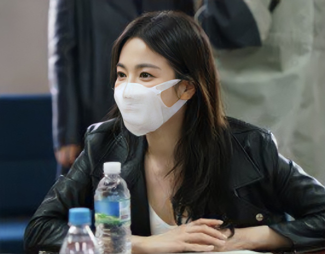 Style đi đọc kịch bản của Song Hye Kyo toàn màu đen – trắng, ngày càng đẳng cấp theo thời gian