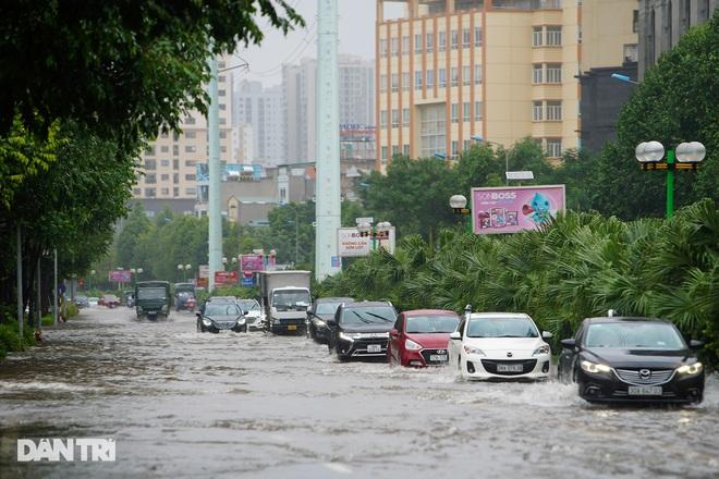 Nhiều tuyến phố ở Hà Nội biến thành sông sau cơn mưa lớn kéo dài - ảnh 1