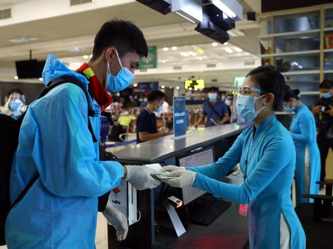 Hà Nội lý giải về việc cách ly tập trung 7 ngày đối với hành khách đi máy bay - ảnh 1