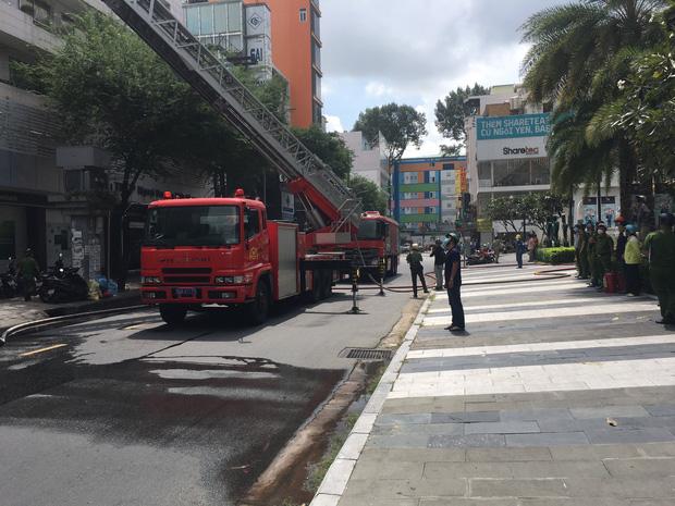 TP.HCM: Quán karaoke cao tầng bốc cháy nghi ngút, cảnh sát dùng xe thang dập lửa