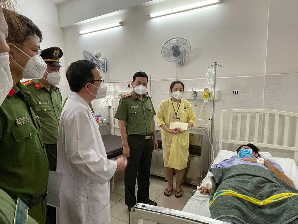 Ban giám đốc Công an TP.HCM thăm Thượng uý Nguyễn Đức Bằng, người bị kẻ nghi ngáo đá đâm trọng thương - ảnh 1