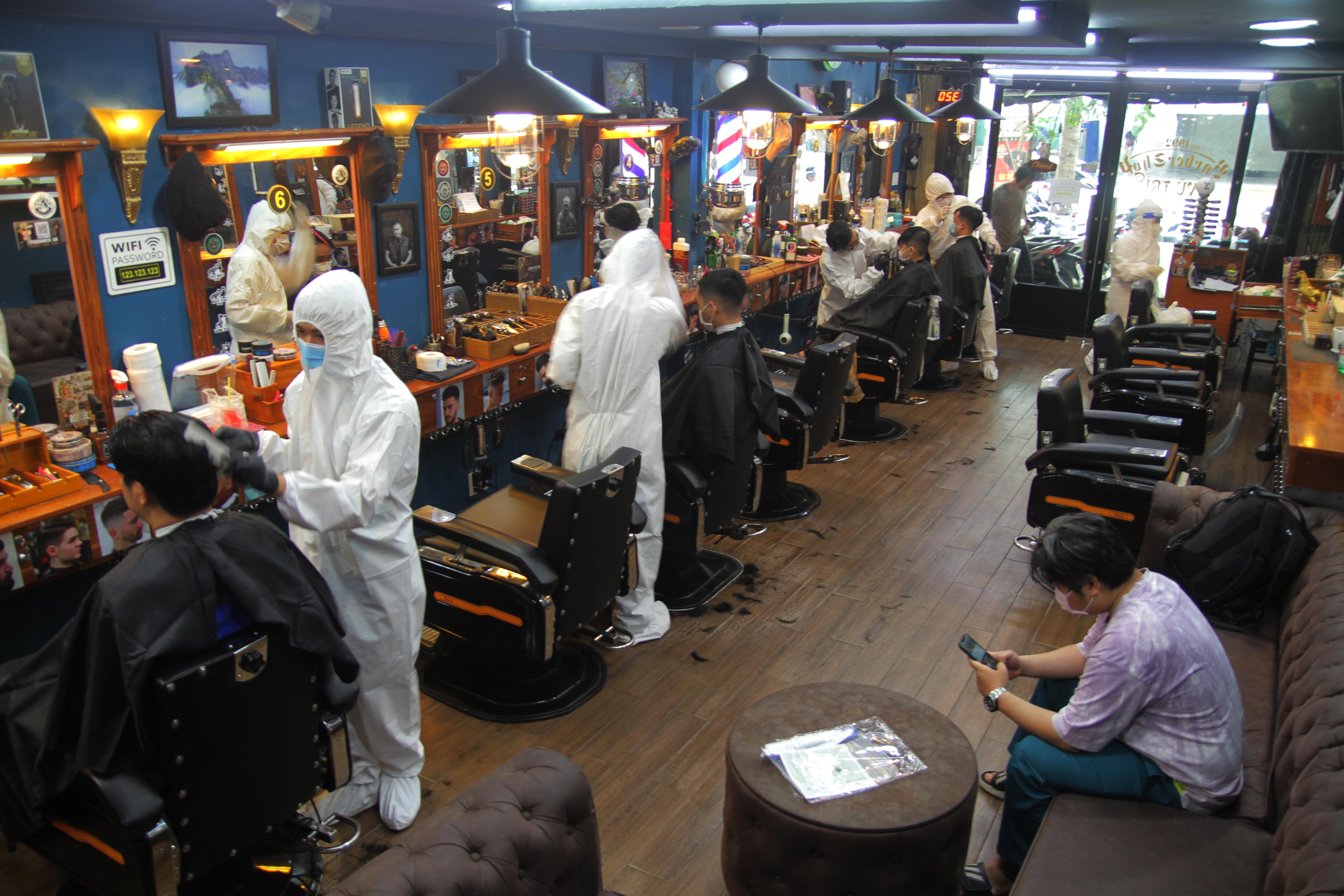 TP.HCM ngày 1.10: Kín lịch cắt tóc, thợ mặc đồ bảo hộ chống dịch