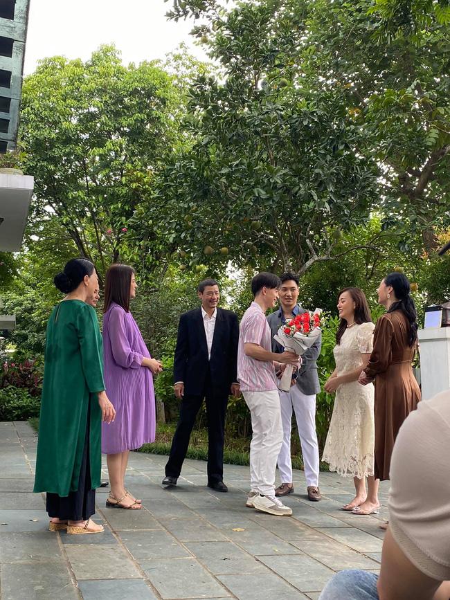 Hương vị tình thân tập cuối: Vợ chồng Thy – Huy tặng hoa chào đón Nam trở về nhà họ Hoàng
