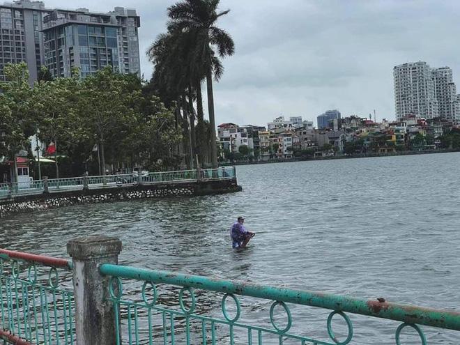 Ông chú ngồi trên mặt nước giữa hồ Tây câu cá khiến ai đi qua cũng choáng, hiểu ra sự thật đằng sau thì tất cả đều khâm phục