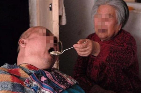 Đút 60 viên thuốc ngủ để giết con, người mẹ 83 tuổi xót xa: Tôi thực sự không nuôi nổi nữa