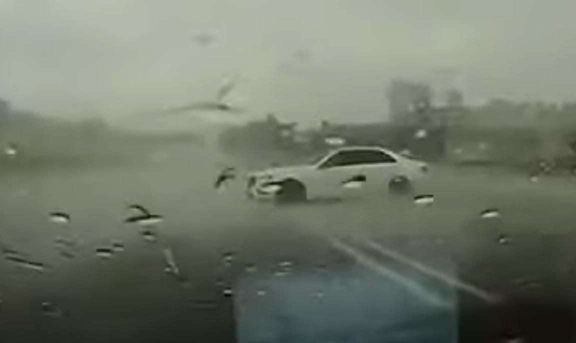 Mercedes-Benz E-Class thoát nạn giữa trời mưa lớn sau cú xoay 360 độ