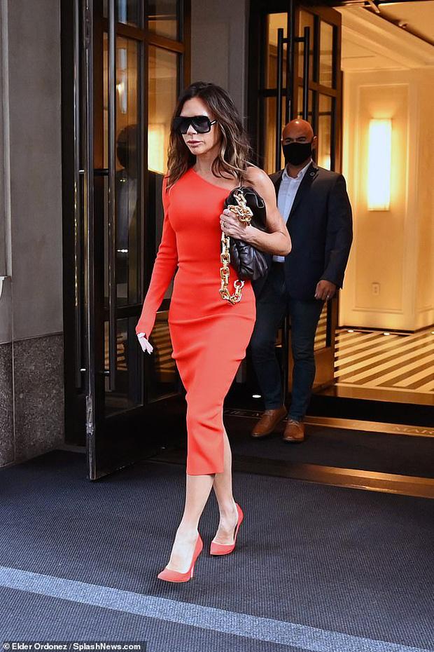 """Victoria Beckham hôm qua: Style OK nhưng đôi môi """"bĩu"""" với cả thế giới mới là đề tài chính!"""