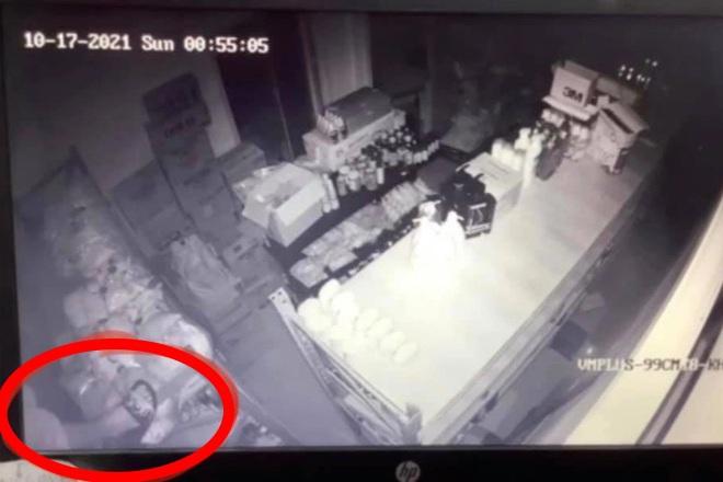 Đôi dép lọt vào camera tố cáo tên trộm chuyên đột nhập siêu thị