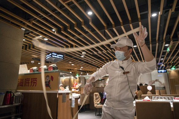 """""""Vua lẩu"""" Haidilao của Trung Quốc mất 4 tỉ USD giá thị trường vì COVID-19"""
