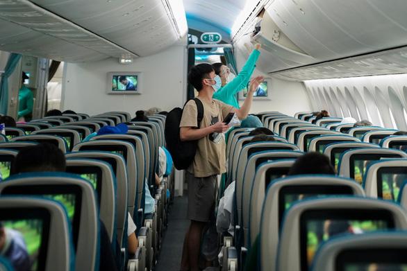 Nhiều nơi bỏ cách ly tập trung nhưng không thống nhất điều kiện khách đi máy bay - ảnh 1