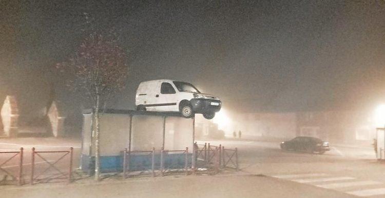 Chiếc xe 'không cánh mà bay' đỗ ngay trên mái nhà chờ xe buýt