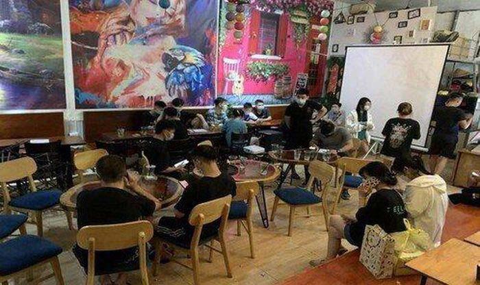 Hà Nội: 17 khách ngồi uống nước trong quán trà chanh bị phạt 30 triệu đồng