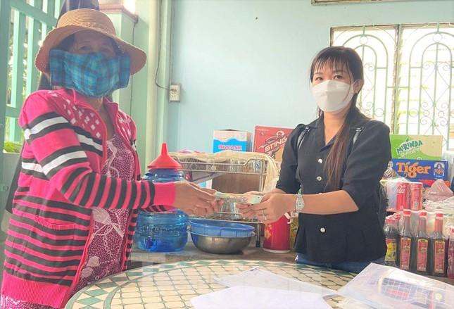 Người phụ nữ nghèo bán vé số ở Bình Dương nhường tiền trợ cấp cho người khác