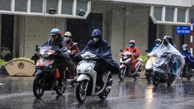 Mưa gây ngập nhẹ một số điểm phố Hà Nội nhưng không ách tắc giao thông - ảnh 1