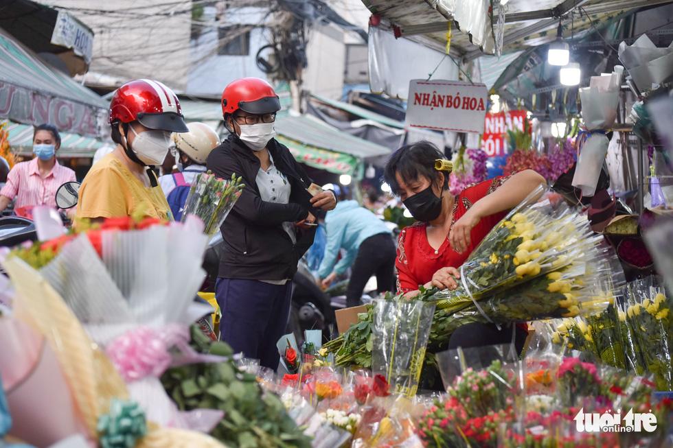Tấp nập chợ hoa Hồ Thị Kỷ tối 19-10