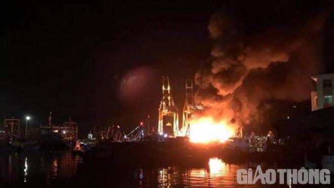 5 tàu cá biến thành biển lửa giữa đêm, ngư dân nhảy xuống biển thoát thân
